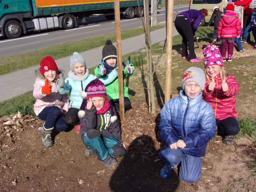 Sázení stromů u Jednoty 8