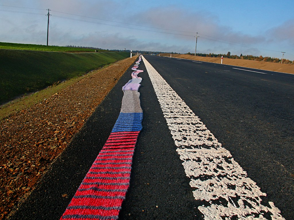 Nejdelší ručně pletená šála lemující silniční obchvat 5