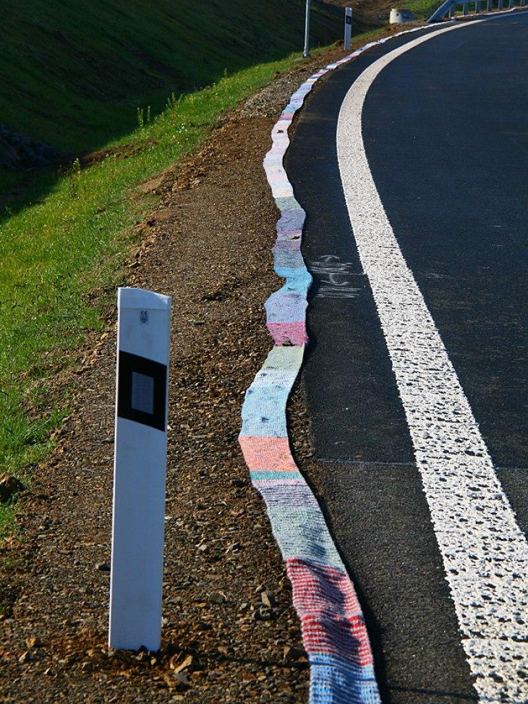 Nejdelší ručně pletená šála lemující silniční obchvat 1